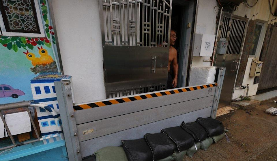 Residents in Lei Yue Mun use sandbags and barricades to protect their homes from flooding during Kompasu. Photo: Dickson Lee