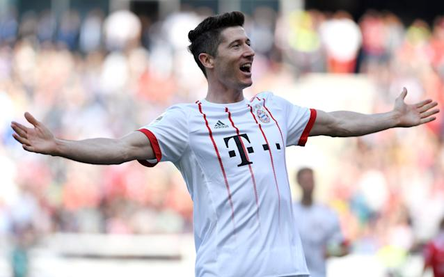 Soccer Football - Bundesliga - Hannover 96 vs Bayern Munich - HDI-Arena, Hanover, Germany - April 21, 2018 Bayern Munich's Robert Lewandowski celebrates scoring their second goal REUTERS/Fabian Bimmer DFL RULES TO LIMIT THE ONLINE USAGE DURING MATCH TIME TO 15 PICTURES PER GAME. IMAGE SEQUENCES TO SIMULATE VIDEO IS NOT ALLOWED AT ANY TIME. FOR FURTHER QUERIES PLEASE CONTACT DFL DIRECTLY AT + 49 69 650050