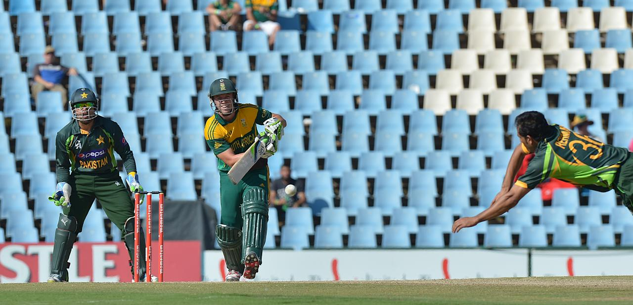 Pakistan's cricketer Abdur Rehman tries to catch out South Africa's captain  AB de Villiers,  during  the final One-Day International (ODI ) match  between South Africa and Pakistan at SuperSport in Centurion on November 30, 2013.  AFP PHOTO / ALEXANDER JOE