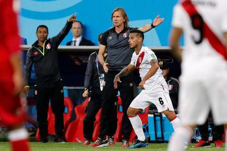 Soccer Football - World Cup - Group C - Peru vs Denmark - Mordovia Arena, Saransk, Russia - June 16, 2018 Peru coach Ricardo Gareca gestures as Miguel Trauco takes a throw in REUTERS/Carlos Garcia Rawlins