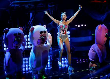 "FILE PHOTO:    Singer Miley Cyrus performs ""We Can't Stop"" during the 2013 MTV Video Music Awards in New York August 25, 2013.   REUTERS/Eric Thayer/File Photo"