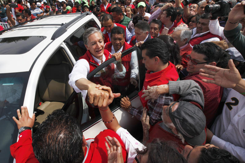 Alfredo del Mazo, candidate of the Institutional Revolutionary Party (PRI) for governor of the state of Mexico, campaigns in Chalco, Mexico state, Mexico, Saturday, April 29, 2017. Polls ahead of the June 4 vote are showing a tight race for control of Mexico's most populated state which the PRI has governed since 1929. (AP Photo/Marco Ugarte)