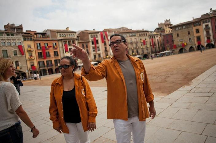 """Venezuelan members of the Casteller """"Sagals d'Osona"""", Wilmer Gonzalez (R) and his wife Leslie Silva, on September 11, 2015 on a square in Vic (AFP Photo/Jorge Guerrero)"""