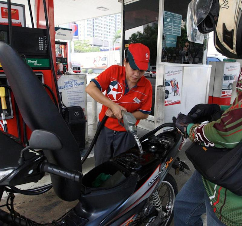 advantages of oil price hike in the philippines During the past decade, the price of oil has traveled from $60 per barrel to a peak  of $146 in 2009 and subsequently descended again to below.