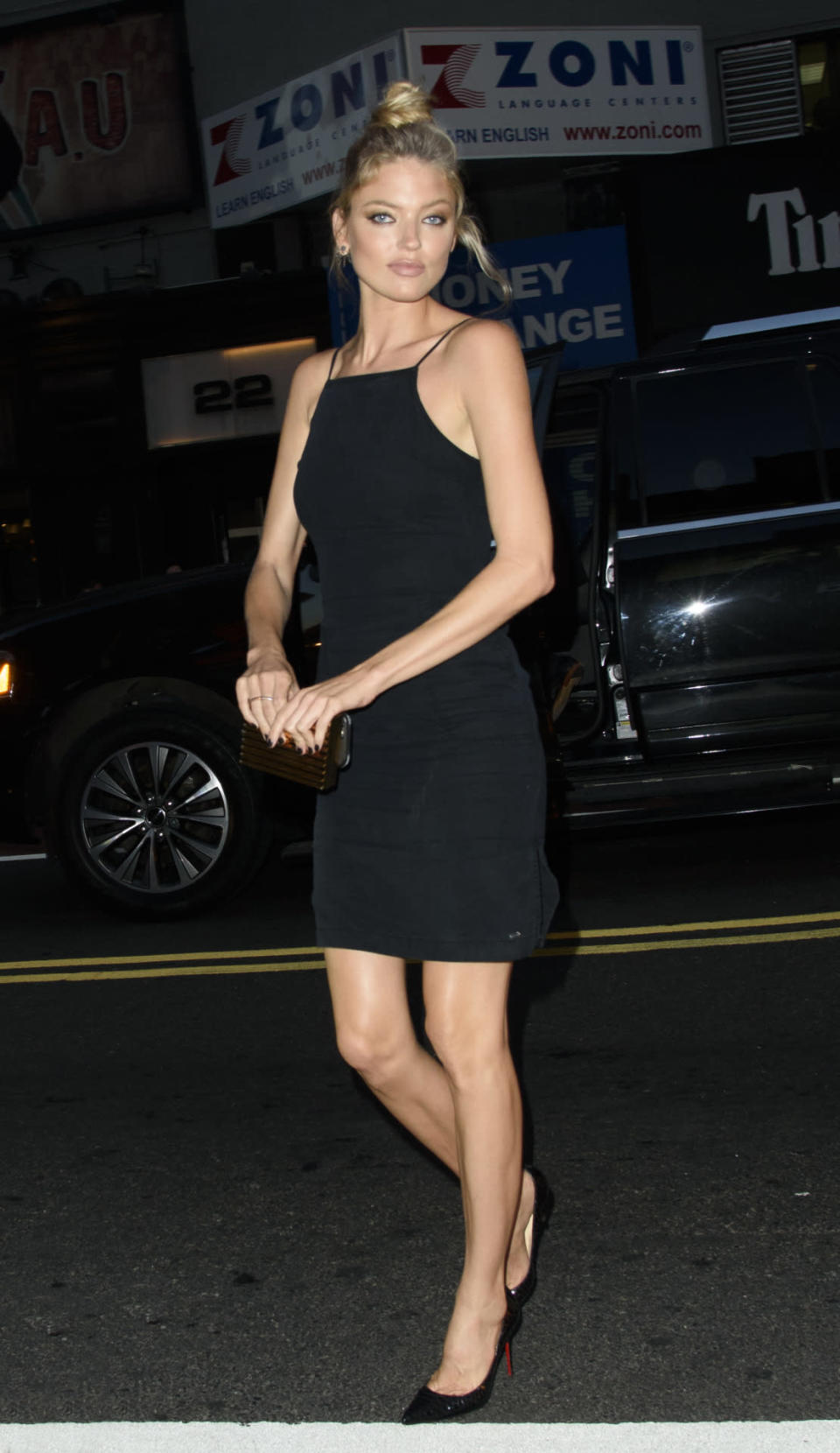 <p>The model perfectly demonstrates the right way to wear an LBD. <i>(Splash News)</i><br></p>