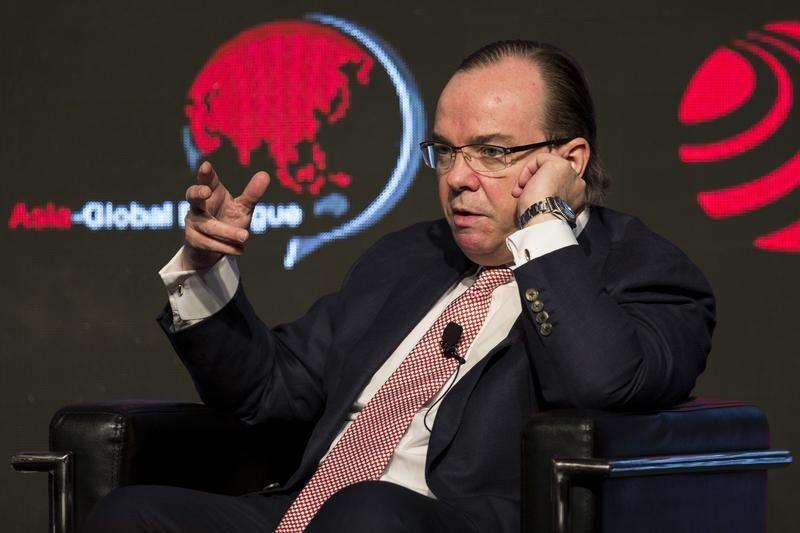 Group Chief Executive of HSBC Holdings PLC Stuart Gulliver speaks during the Asia-Global Dialogue forum in Hong Kong December 5, 2013. REUTERS/Tyrone Siu