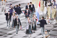<p>Women wearing long metallic windbreakers and drab green ankle length TULLE skirts!?!?</p>