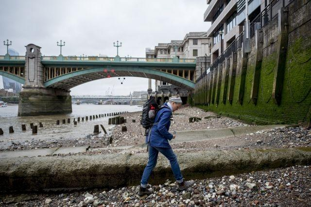 'Mudlarks' unearth the past on London's riverbanks