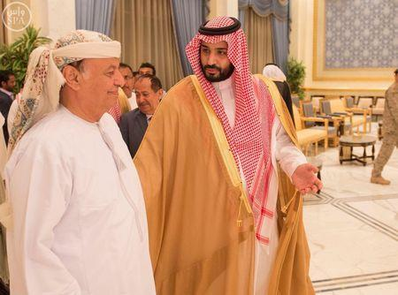 Yemen's President Abd-Rabbu Mansour Hadi (L) is welcome by Saudi Defence Minister Prince Mohammad bin Salman upon his arrival in Riyadh, in this March 26, 2015 handout picture. REUTERS/Saudi Press Agency/Handout via Reuters.