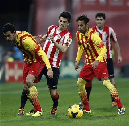 Athletic Bilbao's Markel Susaeta (2nd L) is challenged by Barcelona's Sergio Busquets (L) and Neymar (2nd R) during their Spanish first division soccer match at San Mames stadium in Bilbao December 1, 2013. REUTERS/Joseba Extaburu