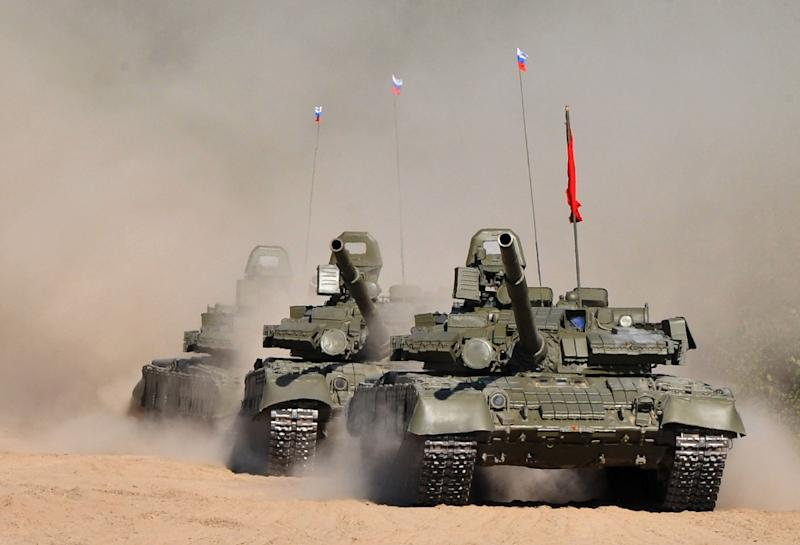 Russian T-80 tanks parade to mark Tankmen Day at a training ground outside St. Petersburg on September 12, 2015 (AFP Photo/Olga Maltseva)