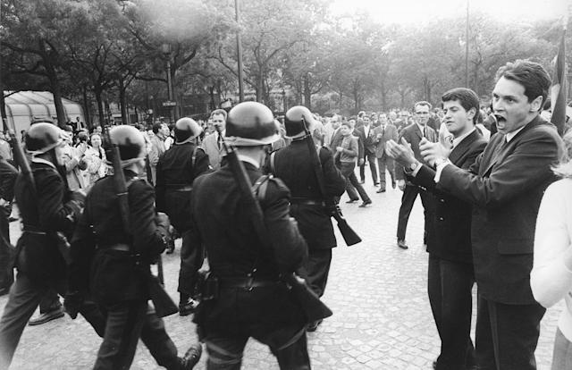 <p>The crowd applauds the police during a Gaullist demonstration, Avenue Victor Hugo, Paris, May 30, 1968. (Photo: Gökşin Sipahioğlu/SIPA) </p>
