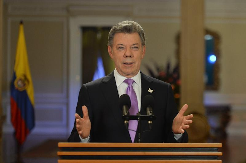 Colombian President Juan Manuel Santos makes an address to the nation about the decision to stop bombing raids on FARC camps for a month, at Narino Presidential Palace in Bogota, on March 10, 2015 (AFP Photo/Cesar Carrion)