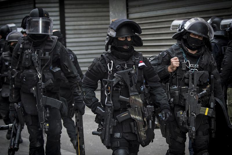 A French special police force unit prepares to raid an apartment in Saint-Denis, north of Paris during the hunt for those behind the attacks in the city that claimed 129 lives in November 2015 (AFP Photo/Jerome Groisard)