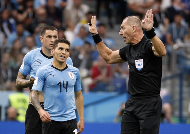 Nizhny Novgorod (Russian Federation), 06/07/2018.- Refereee Nestor Pitana of Argentina (RC) reacts with Lucas Torreira of Uruguay during the FIFA World Cup 2018 quarter final soccer match between Uruguay and France in Nizhny Novgorod, Russia, 06 July 2018. (RESTRICTIONS APPLY: Editorial Use Only, not used in association with any commercial entity - Images must not be used in any form of alert service or push service of any kind including via mobile alert services, downloads to mobile devices or MMS messaging - Images must appear as still images and must not emulate match action video footage - No alteration is made to, and no text or image is superimposed over, any published image which: (a) intentionally obscures or removes a sponsor identification image; or (b) adds or overlays the commercial identification of any third party which is not officially associated with the FIFA World Cup) (Mundial de Fútbol, Rusia, Francia) EFE/EPA/ETIENNE LAURENT EDITORIAL USE ONLY EDITORIAL USE ONLY EDITORIAL USE ONLY