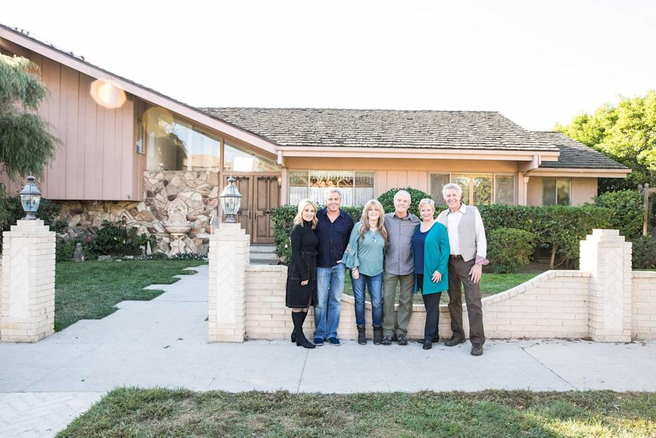<em>The Brady Bunch</em> actors Maureen McCormick, Christopher Knight, Susan Olsen, Mike Lookinland, Eve Plumb, and Barry Williams pose in front of their TV home. (Photo: HGTV)