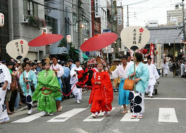 ▲Ushihikidoji leading a bull in procession. Traditionally, bulls are closely associated with the Tenjin Matsuri and Michizane, and this ritual clearly conveys that. (© Osaka Convention & Tourism Bureau)