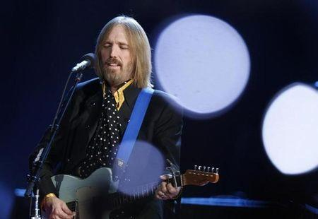 Foto de archivo de Tom Petty actuando en el show del entretiempo del Super Bowl XLII entre New England Patriots y New York Giants en Glendale, Arizona. Feb 3, 2008. REUTERS/Lucy Nicholson