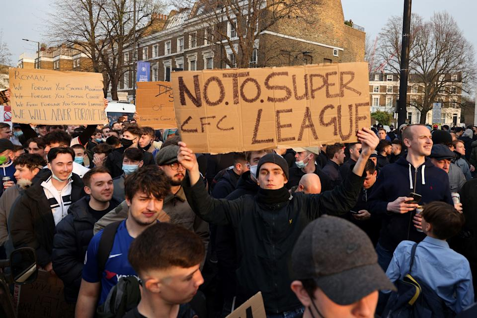 Football supporters demonstrate against the proposed European Super League outside of Stamford Bridge football stadium in London on April 20, 2021, ahead of the English Premier League match between Chelsea and Brighton and Hove Albion. - The 14 Premier League clubs not involved in the proposed European Super League