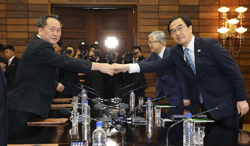 South Korean Unification Minister Cho Myoung-gyun met with his North Korean counterpart Ri Son Gwon at the northern side of the border truce village of Panmunjom in the Demilitarized Zone (DMZ) (AFP Photo/Hong Geum-pyo)