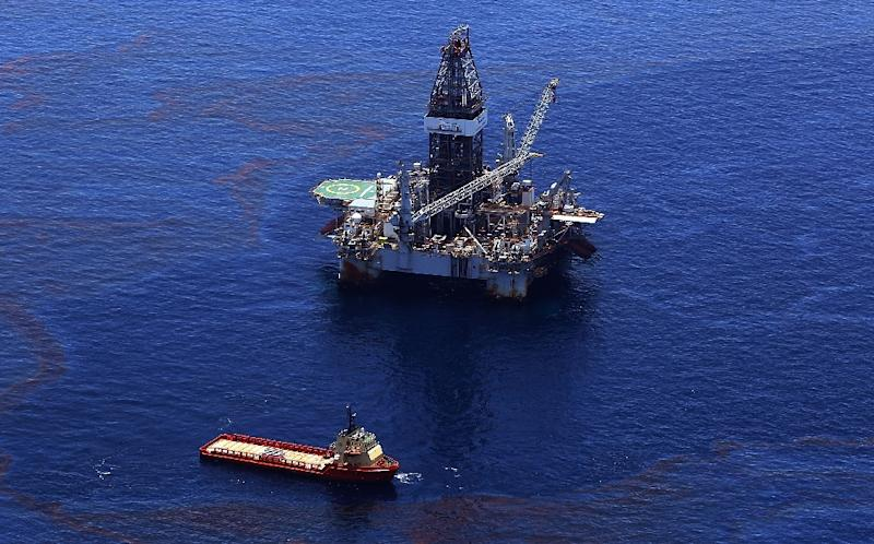 Crews on ships fight to stop the flow of oil from Deepwater Horizon platform after the disaster on May 29, 2010 in the Gulf of Mexico near Venice, Louisiana (AFP Photo/Win McNamee)