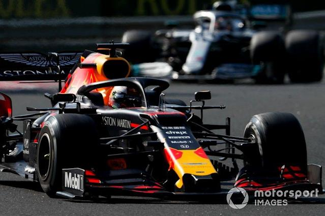 """Max Verstappen, Red Bull Racing RB15, precede Lewis Hamilton, Mercedes AMG F1 W10 <span class=""""copyright"""">Zak Mauger / LAT Images</span>"""