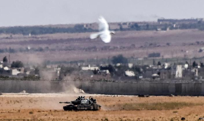 A Turkish tank coming from Syria on September 4, 2016 at Elbeyli, in the southern region of Kilis (AFP Photo/Bulent Kilic)