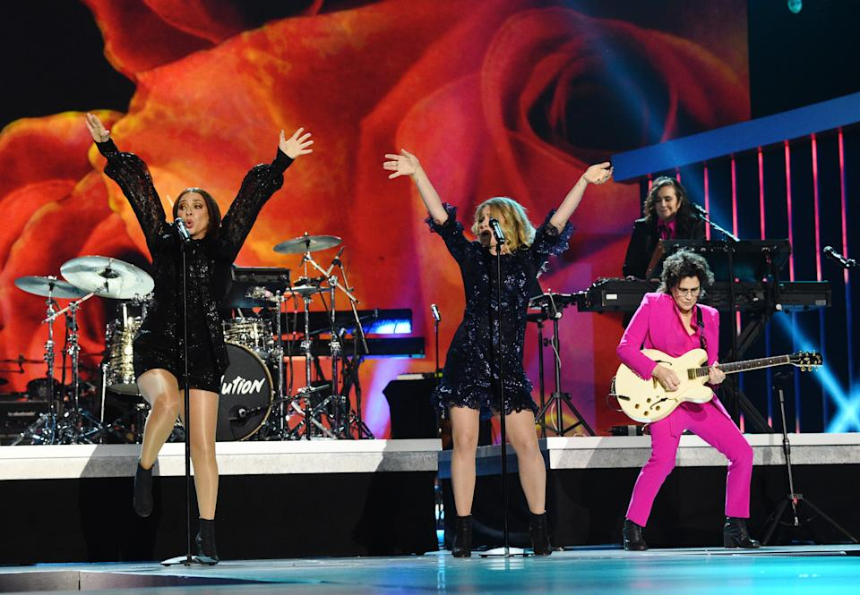 """LOS ANGELES, CALIFORNIA - JANUARY 28: (L-R) Maya Rudolph and Gretchen Lieberum of Princess perform with Wendy Melvoin and Lisa Coleman onstage during the 62nd Annual GRAMMY Awards  """"Let's Go Crazy"""" The GRAMMY Salute To Prince on January 28, 2020 in Los Angeles, California. (Photo by Kevin Mazur/Getty Images for The Recording Academy)"""