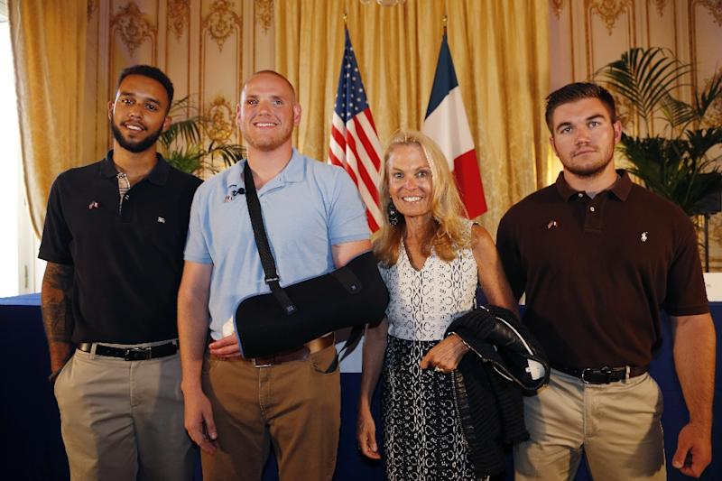 Anthony Sadler (L), Spencer Stone (2nd L), Alek Skarlatos (R) and US ambassador to France Jane Hartley pose after a press conference at the US embassy in Paris on August 23, 2015 (AFP Photo/Thomas Samson)