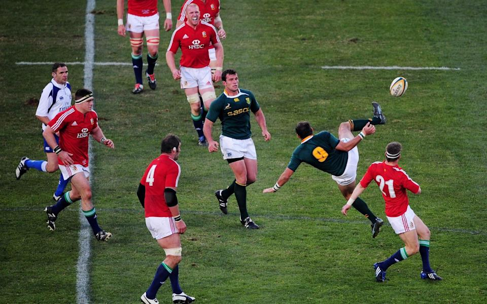 Ronan O'Gara upends Fourie Du Preez in front of referee Berdos - GETTY IMAGES