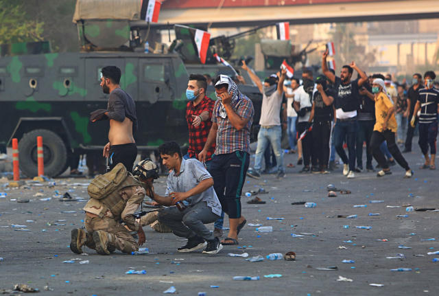 <p>An Iraqi soldier affected by tear gas is helped by several protesters during demonstrations where people are demanding better public services and jobs, in Basra, 340 miles (550 km) southeast of Baghdad, Iraq, Wednesday, Sept. 5, 2018. (Photo: Nabil al-Jurani/AP) </p>