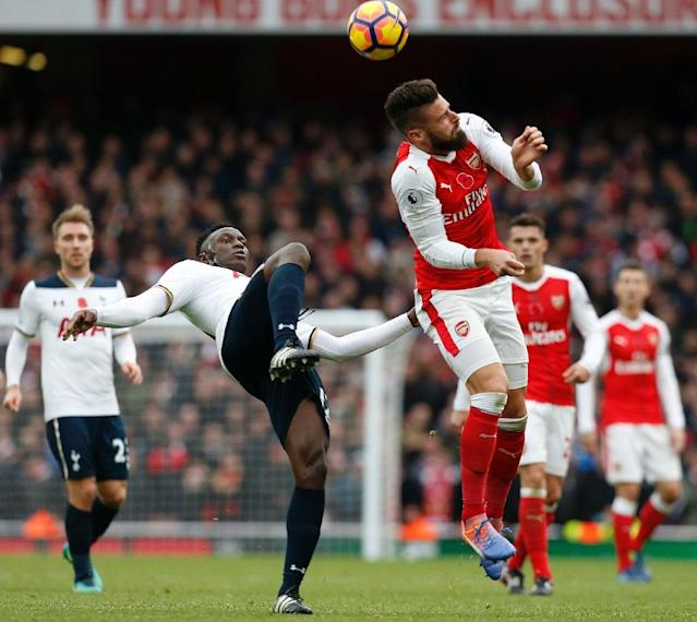 Tottenham Hotspur's Victor Wanyama (L) clashes with Arsenal's Olivier Giroud during the match in London on November 6, 2016 (AFP Photo/IKIMAGES)