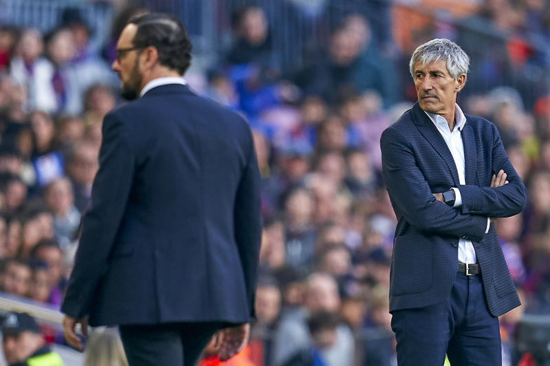 BARCELONA, SPAIN - FEBRUARY 15: Quique Setien, head coach of FC Barcelona competes for the ball with Jose Bordalas, head coach of Getafe FC during the Liga match between FC Barcelona and Getafe CF at Camp Nou on February 15, 2020 in Barcelona, Spain. (Photo by Pedro Salado/Quality Sport Images/Getty Images)