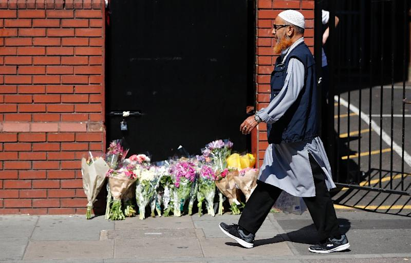 Floral tributes are left outside the Finsbury Park mosque in north London, on June 19, 2017 (AFP Photo/Tolga AKMEN)