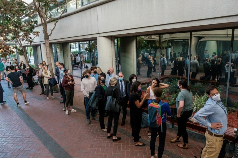 People line up outside court to attend the high-profile Theranos trial (AFP/Nick Otto)