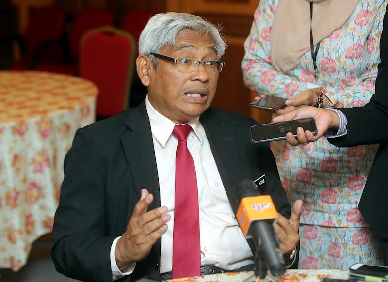 Perak Education, Technology, Science and Environmental Committee chairman Abdul Aziz Bari speaks to reporters in Ipoh April 23, 2019. — Picture by Farhan Najib