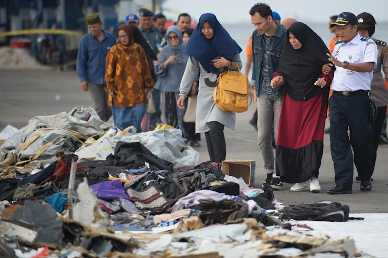 Relatives of those on board the doomed flight looks for belongings of their loved ones (AFP Photo/BAY ISMOYO)