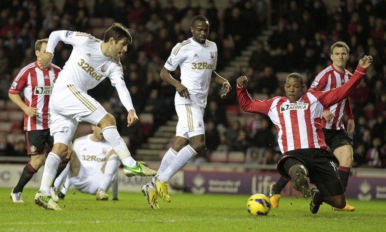 Sunderland's Titus Bramble (R) attempts to block a shot from Swansea City's Danny Graham (L) on January 29, 2013
