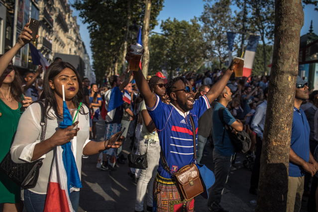 PIL02. Paris (France), 16/07/2018.- French supporters greet the France's national soccer team players during a parade down the Champs-Elysee avenue in Paris, France, 16 July 2018. France won 4-2 the FIFA World Cup 2018 final against Croatia in Moscow, on 15 July. (Croacia, Mundial de Fútbol, Moscú, Francia) EFE/EPA/ROMAN PILIPEY