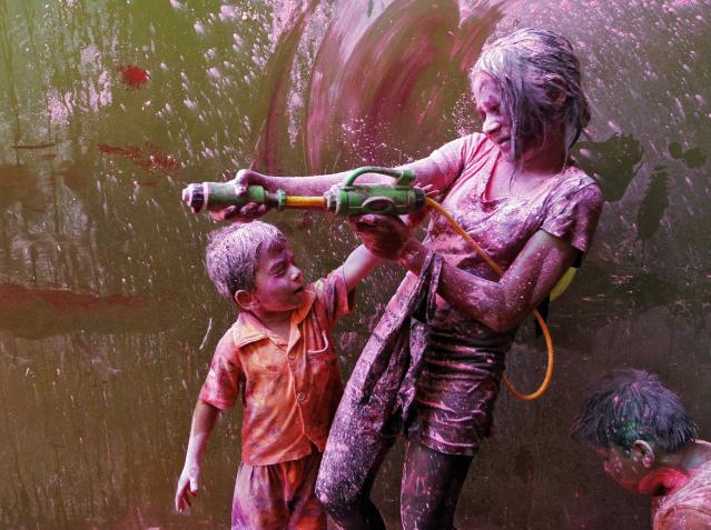 Children take part in Holi celebrations in the southern Indian city of Chennai March 16, 2014. Holi, also known as the Festival of Colours, heralds the beginning of spring and is celebrated all over India. REUTERS/Babu (INDIA - Tags: SOCIETY)