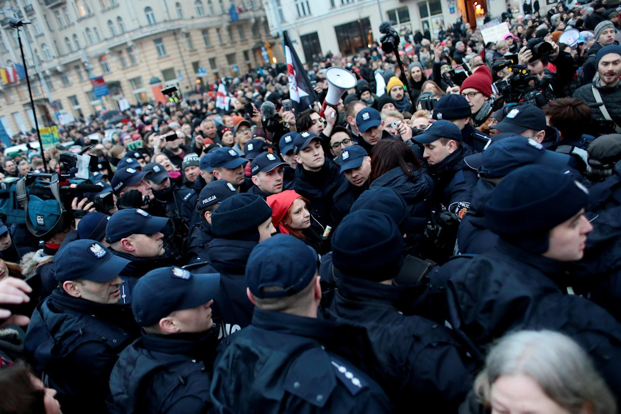 A protester is surrounded by police during a protest against plans to further restrict abortion laws in Warsaw, Poland March 23, 2018.  Agencja Gazeta/Dawid Zuchowicz via REUTERS   ATTENTION EDITORS - THIS IMAGE WAS PROVIDED BY A THIRD PARTY. POLAND OUT. NO COMMERCIAL OR EDITORIAL SALES IN POLAND.     TPX IMAGES OF THE DAY      *** Local Caption *** hniki Warszawa
