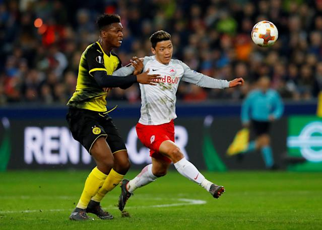 Soccer Football - Europa League Round of 16 Second Leg - RB Salzburg vs Borussia Dortmund - Red Bull Arena Salzburg, Salzburg, Austria - March 15, 2018 RB Salzburg's Hwang Hee-chan in action with Borussia Dortmund's Dan-Axel Zagadou REUTERS/Leonhard Foeger