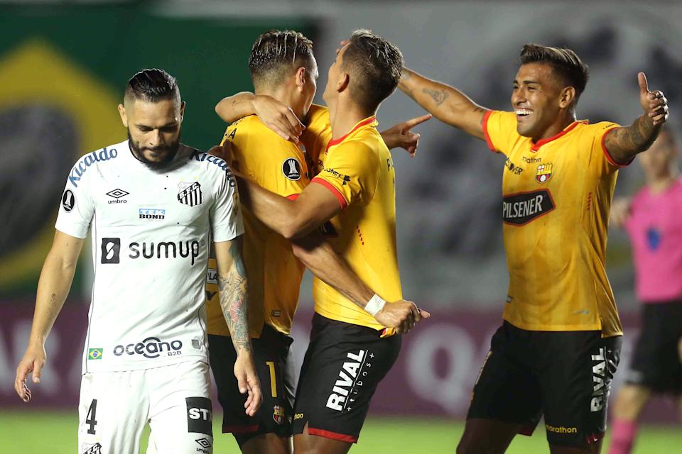 SANTOS, BRAZIL - APRIL 20: Carlos Garcés of Barcelona SC celebrates with teammates after scoring the first goal of his team as Pará of Santos reacts during a match between Santos and Barcelona SC as part of Group C of Copa CONMEBOL Libertadores 2021 at Vila Belmiro Stadium on April 20, 2021 in Santos, Brazil. (Photo by Guilherme Calvo-Pool/Getty Images)
