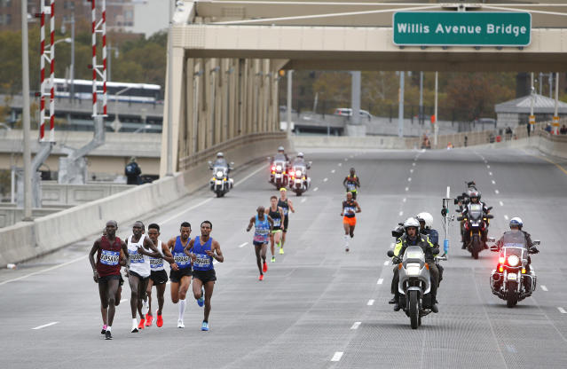 <p>The lead group of the elite men's race crosses the Willis Avenue Bridge during the New York City Marathon, Nov. 5, 2017, in New York. (Photo: Jason DeCrow/AP) </p>