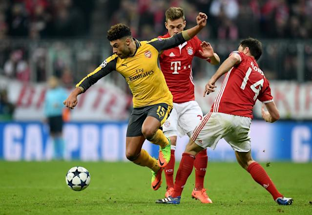 Alex Chamberlain of Arsenal goes past Bayern's Xabi Alonso and Rafinha