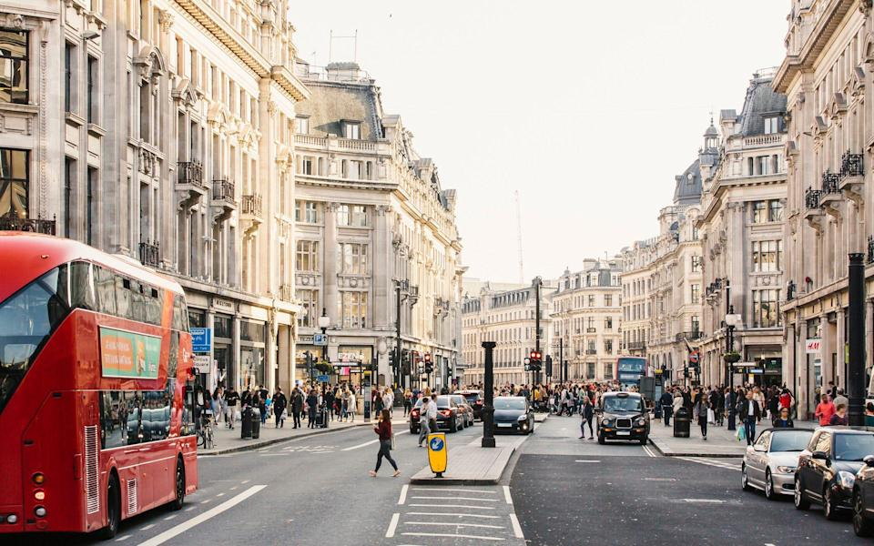 Regent street with people, buses and cars - Alexander Spatari /Moment RF