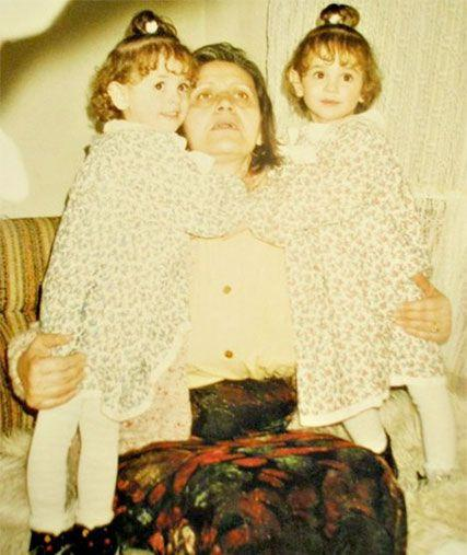 Identical twins Sara and Dajana with their mother in younger years. Photo: Facebook