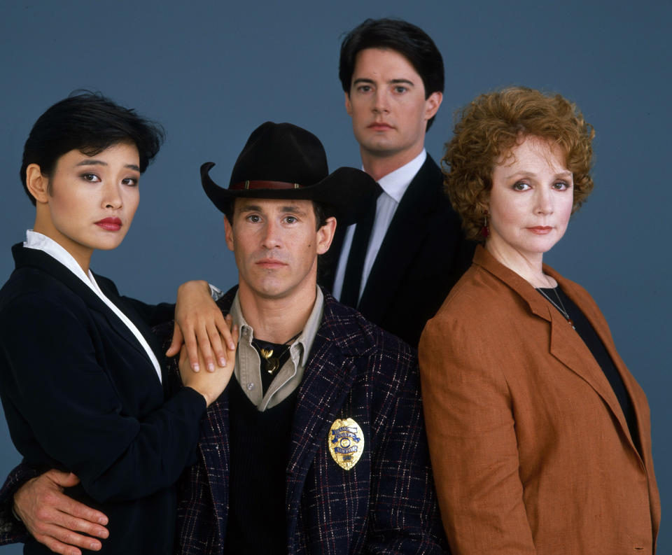 TWIN PEAKS - Pilot Gallery - Shoot Date: April 11, 1989. (Photo by Walt Disney Television via Getty Images Photo Archives/Walt Disney Television via Getty Images) JOAN CHEN;MICHAEL ONTKEAN;KYLE MACLACHLAN;PIPER LAURIE