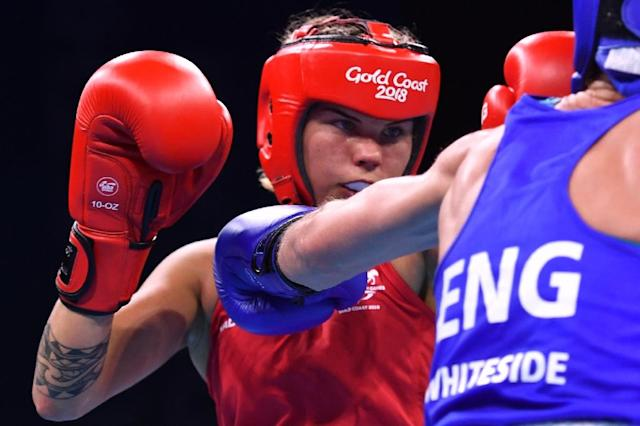 Australia's Taylah Robertson (L) fights with England's Lisa Whiteside during the women's 51kg semi-final boxing match during the 2018 Gold Coast Commonwealth Games (AFP Photo/Anthony WALLACE)