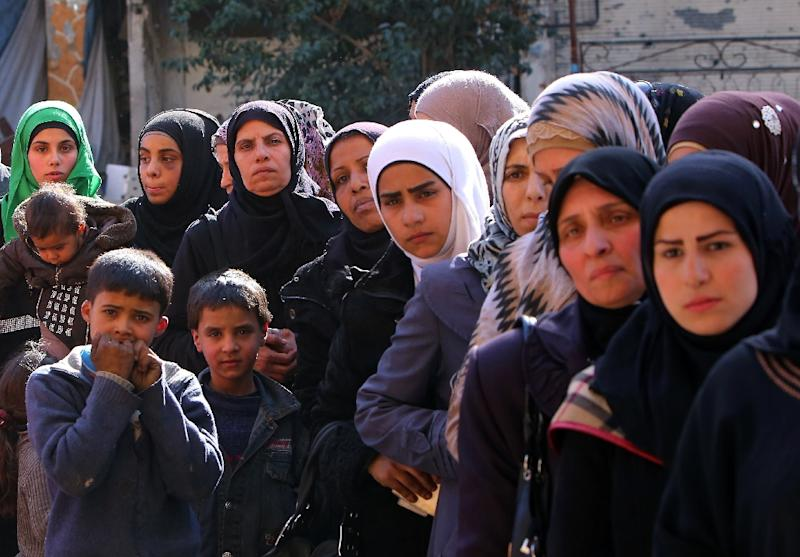 Palestinian refugees wait to collect aid parcels distributed by the UN at the Yarmuk refugee camp, south of Damascus, on March 10, 2015 (AFP Photo/Youseff Karwashan)